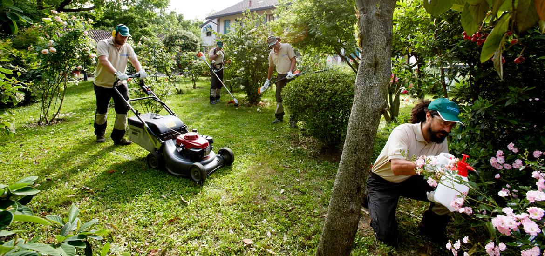 Il nostro staff al lavoro in un giardino